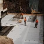 Podložni beton, izolacija in mehka podlaga za trdo železo – samo da bo držalo in dihtalo.