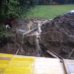 Lesena plata že stoji, okrog pa voda in slapovi. Sedaj imamo bazen.
