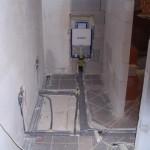 Garaža se počasi spreminja v WC-ja in garderobi.