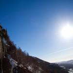 Igor v soncu napeljuje prvi cug Grotenutbekken-a (WI5, 250m)